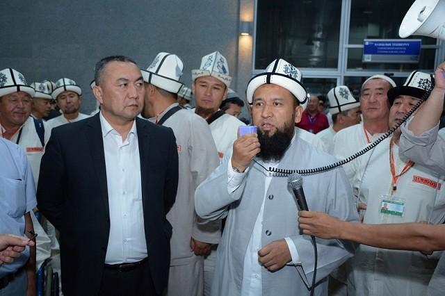 Бүгүн түнү, 25-июлда Кыргызстандык ажылар \Медина шаарына учуп кетишти. Алар болжол менен 5 жарым 6 саат жол жүрүшөт. 300 болочок ажыны 6 ажы башчы коштоп барат. Бул тууралуу муфтияттан кабарланды.