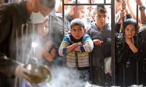 Палестинские дети ждут благотворительного ифтара во время Рамадана в южном городе Хан-Юнис (Палестина)