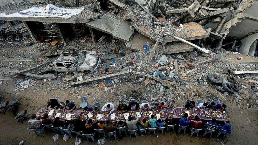 Хозяева этих разрушенных  домов совершают разговение-ифтар (Палестина)