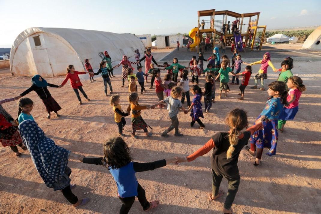 Дети в лагере для беженцов недалеко от города Маарет-Мисрин </p><p>Сирии в Орозо айт