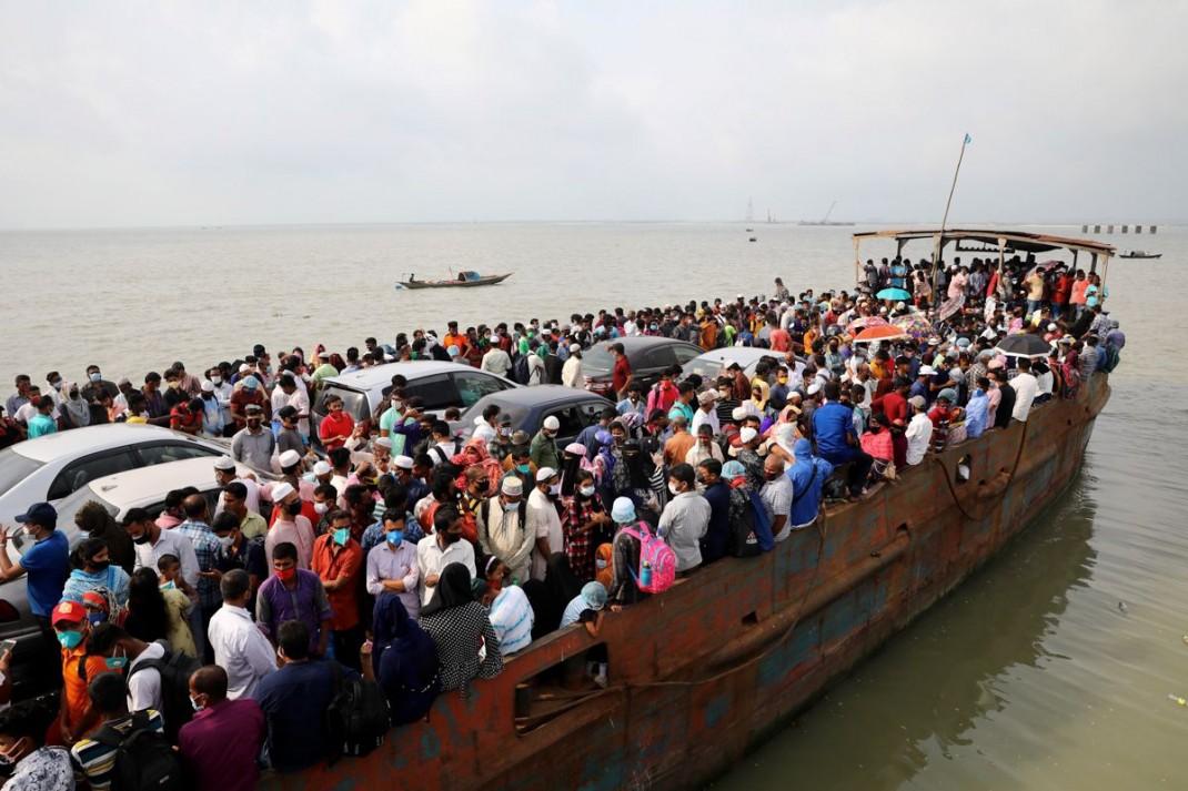 Трудящиеся-мигранты в Муншигандже (Бангладеш) на переполненный паром плывут домой, чтобы отпраздновать Орозо айт