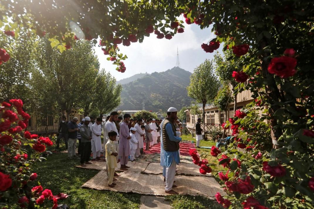 Праздничная молитва в саду одного из домов в Кашмире