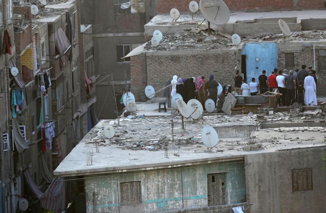 Люди в столице Египта Каире совершают праздничную молитву на крыше своего дома