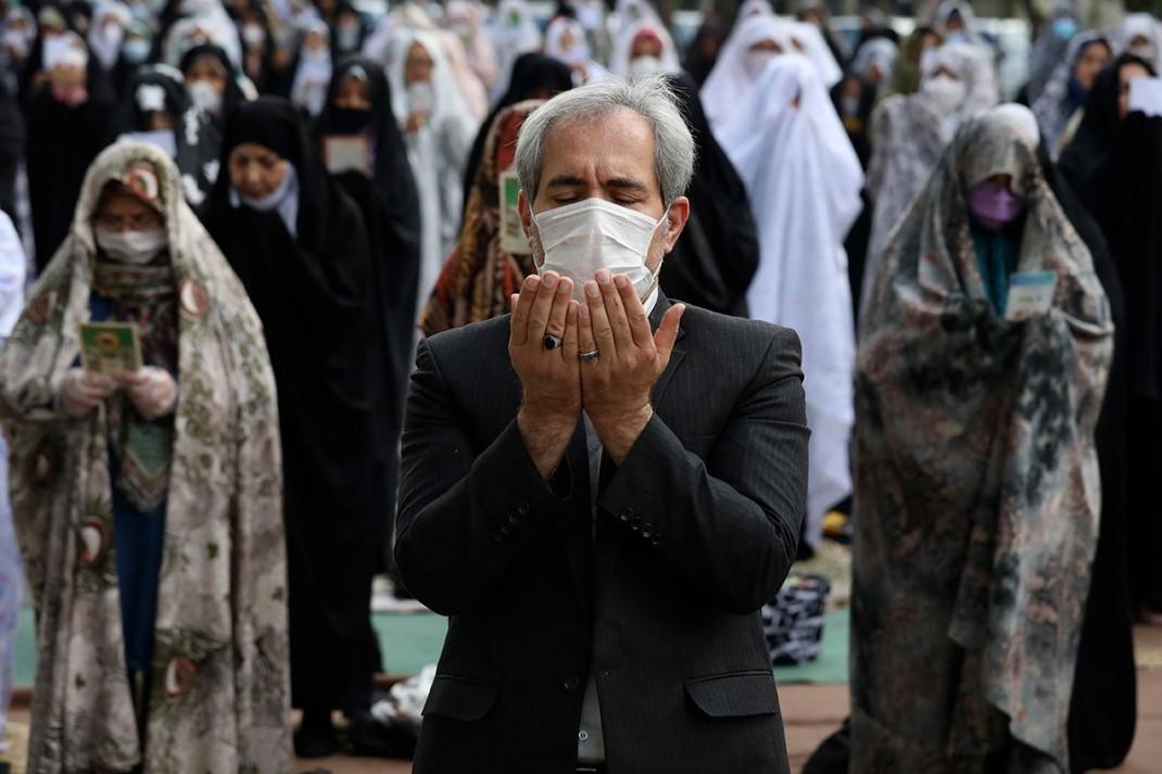 Праздничная молитва возле мечети в Тегеране (Иран)