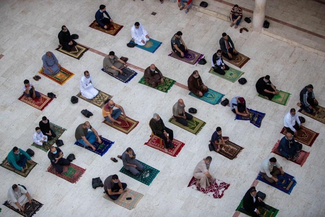 Палестинцы на праздничной молитве  возле мечети Сектора Газа