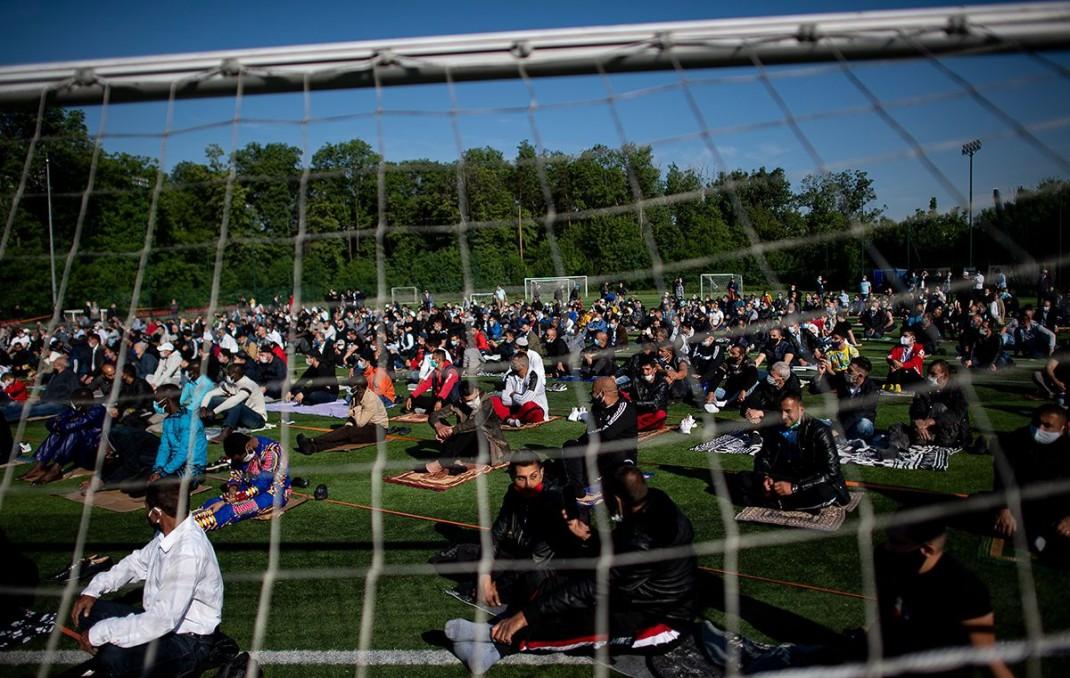 Мусульмане на утренней молитве по случаю праздника Ид на стадионе