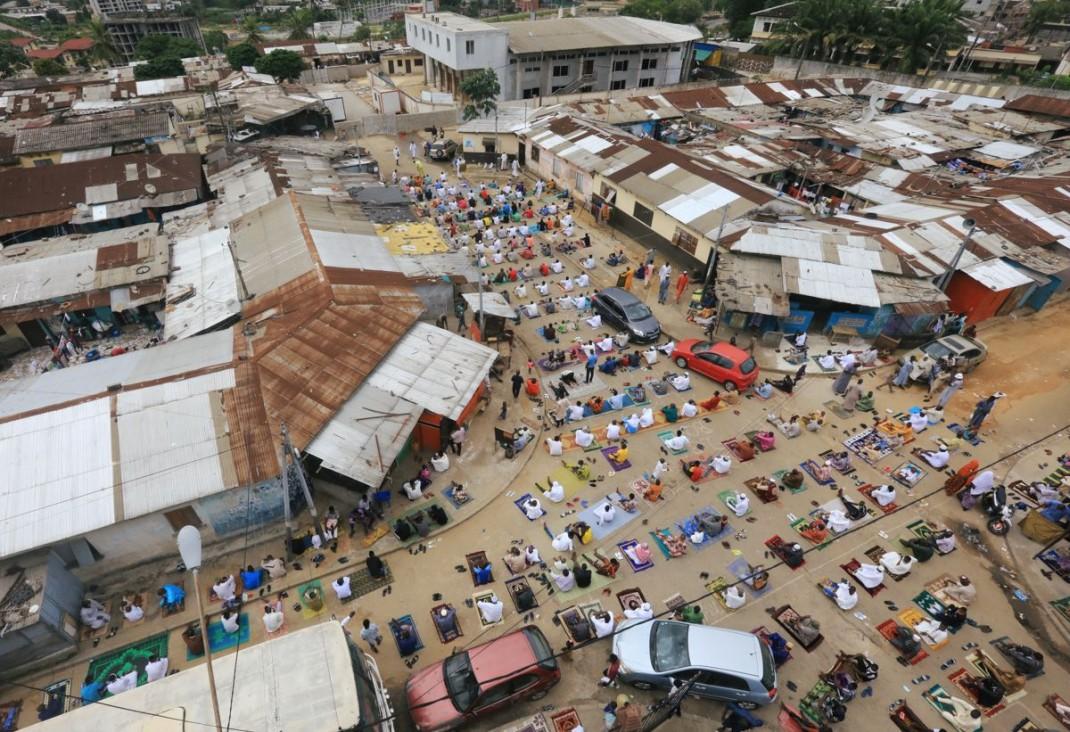 Мусульмане в Аджаме (район Абиджана, Кот-д'Ивуар) посещают молитвы по случаю окончания Рамадана
