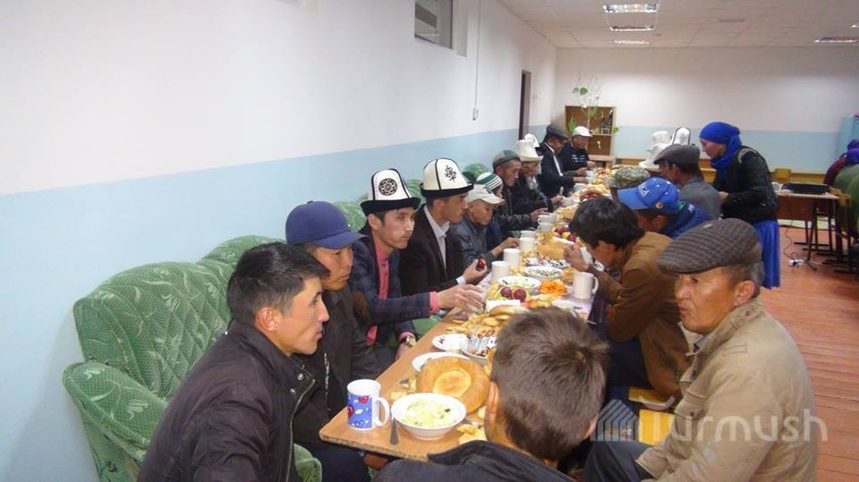 В селе Комсомол Кочкорского района запретили употребление и продажу спиртных напитков. Такое решение приняли местные жители на общем собрании.